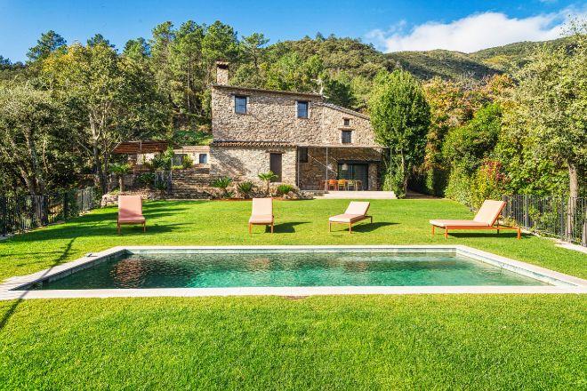 Villa La Piconera es una casa rural de 400 metros cuadrados y cuatro dormitorios rodeada de un parque natural. En alquiler en Vrbo por 732 euros por noche.