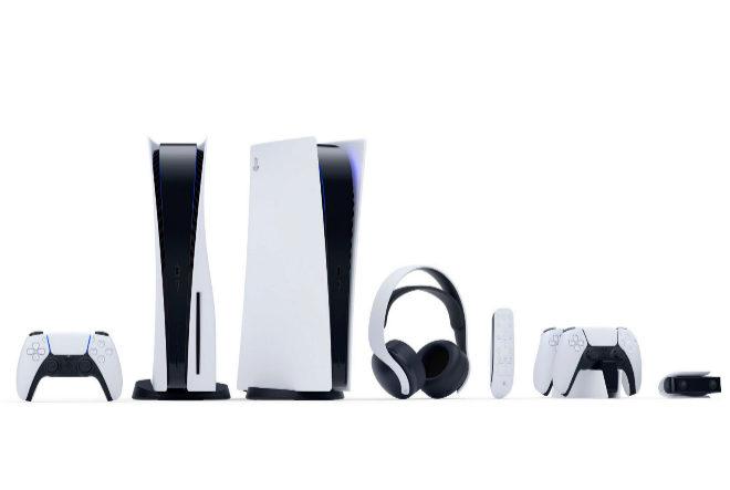 Sony lanzará también unos auriculares capaces de crear sonido de efecto tridimensional, una cámara web, un mando a distancia y una base para cargar los mandos.