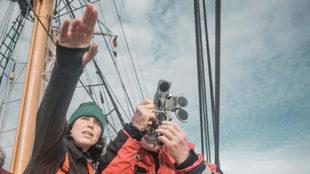 María Intxaustegi explica el uso del sextante poco antes de iniciar...