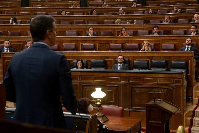 El presidente del Gobierno, Pedro Sánchez, se dirige a la bancada de la oposición en la sesión de control celebrada ayer en el Congreso de los Diputados.