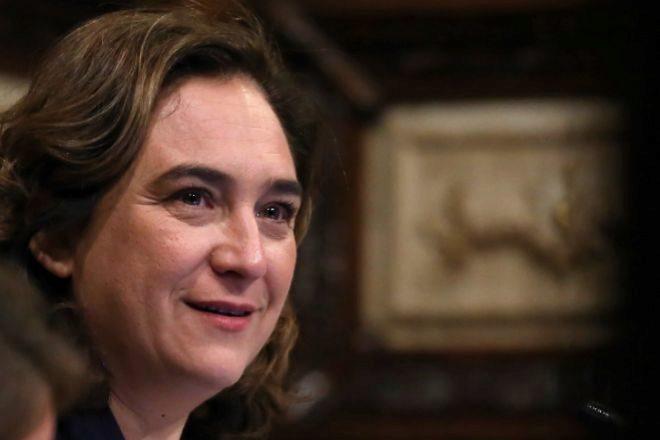 La alcaldesa de Barcelona, Ada Colau, presidiendo el pleno municipal a...