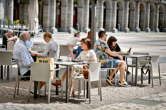 Gente en las terrazas de la Plaza Mayor de Madrid.