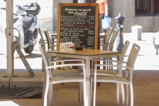 Mesa vacía en la terraza de un restaurante de Madrid .