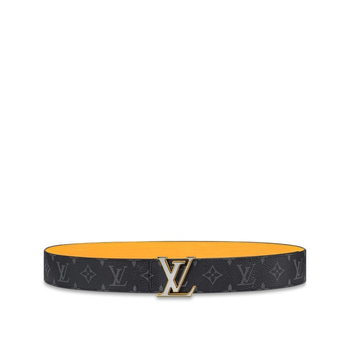 Este cinturón reversible LV <em>Initiales </em>de 4 cm es una colorida versión de un modelo clásico de la <em>maison</em>. El diseño presenta la emblemática lona <em>Monogram </em> en un lado y piel <em>Epi </em>en el otro. El acabado de esmalte liso de la hebilla LV <em>Initials </em> evoca el llamativo contraste del reverso del cinturón. (475 euros).