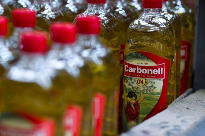 Botellas de aceite de oliva de la marca Carbonell, de Deoleo.