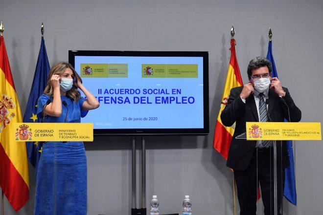 La ministra de Trabajo, Yolanda Díaz (i), y el ministro de...