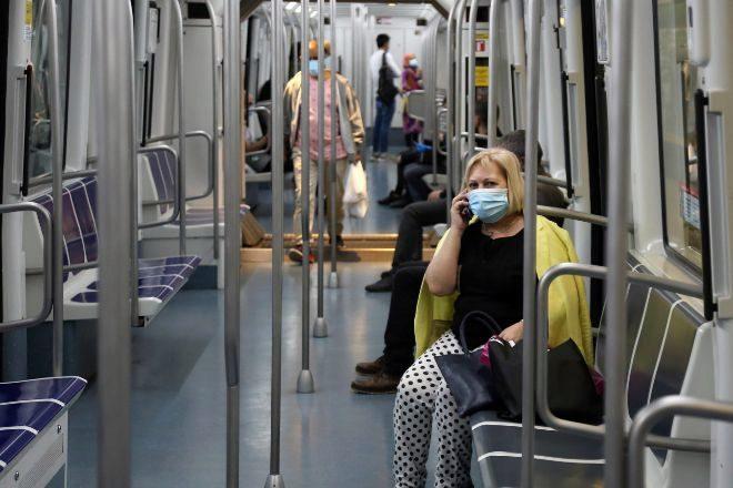 La mascarilla es obligatoria para usar el transporte público; en la...