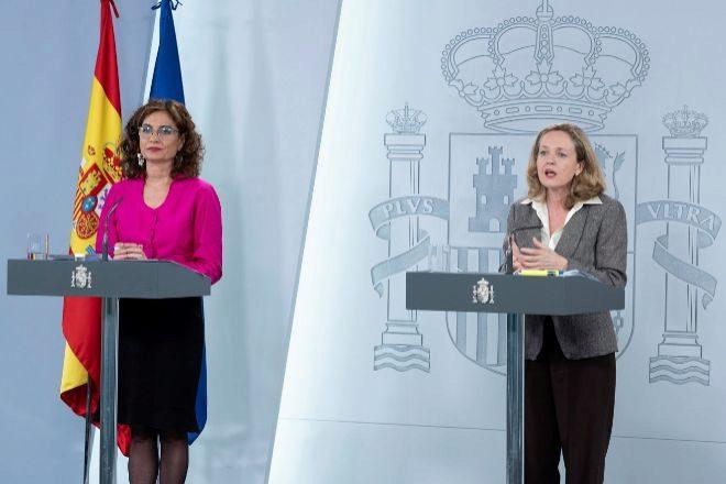 La ministra de Hacienda y portavoz del Gobierno, María Jesús Montero (i), y la vicepresidenta tercera y ministra de Asuntos Económicos y Transformación Digital, Nadia Calviño.