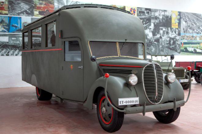 Ford 817T. Fabricado en el año 1937, seguramente es uno de los cinco vehículos que utilizaba Francisco Franco durante la Guerra Civil española. Se usaba como comedor para celebrar importantes sobremesas. Precio de salida: 12.000 euros.