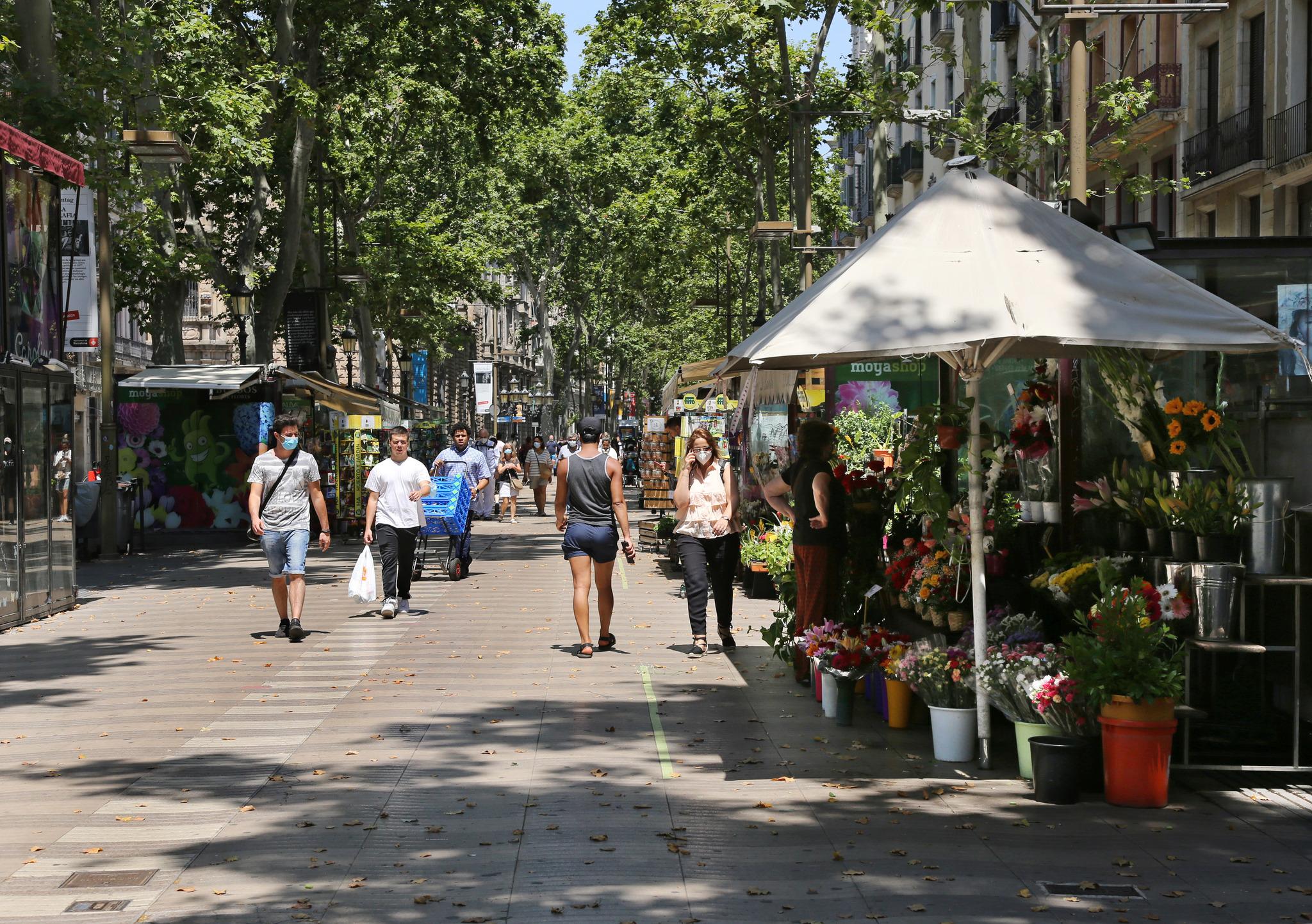 Primeros turistas días atrás en Las Ramblas de Barcelona.