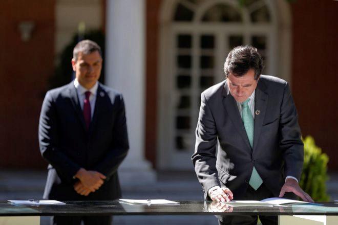 """El presidente del Gobierno, Pedro Sánchez (izquierda), y el presidente de la CEOE, Antonio Garamendi, durante la firma del """"Acuerdo por la reactivación económica y el empleo"""" en el palacio de La Moncloa, en Madrid este viernes."""
