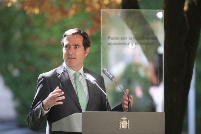 El presidente de la CEOE, Antonio Garamendi, interviene tras la firma del Pacto por la Reactivación Económica y el Empleo, ayer en el Palacio de la Moncloa.
