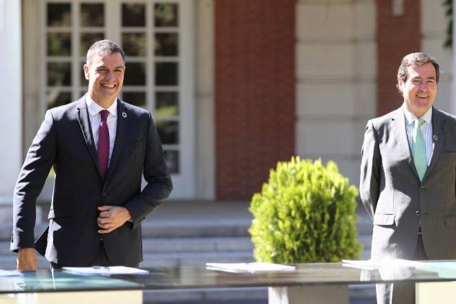 El presidente del Gobierno, Pedro Sánchez, y el presidente de la CEOE, Antonio Garamendi, ayer tras la firma del Pacto por la Reactivación y el Empleo en Moncloa.