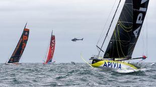 Apivia, PRB y Arkea, durante la salida de la Vendée-Artic-Les Sables...