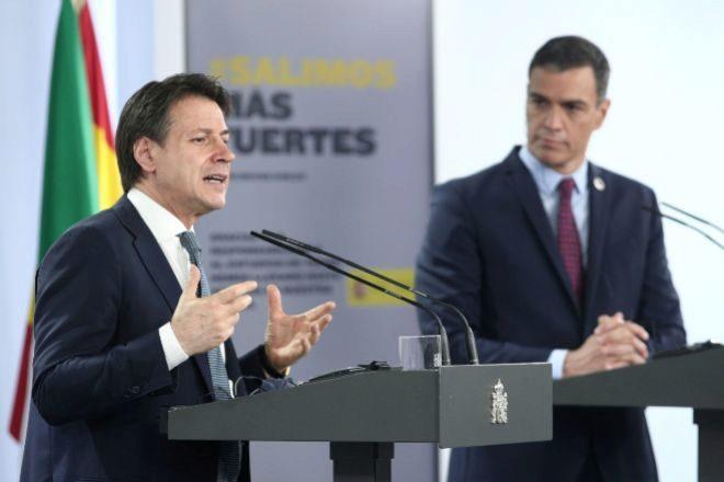 El presidente del Gobierno, Pedro Sánchez, observa al primer ministro italiano, Giuseppe Conte, durante la rueda de prensa tras su reunión de ayer en Moncloa.
