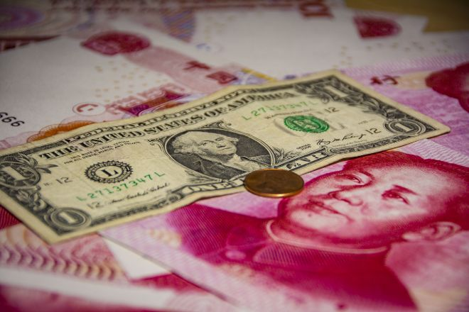 Billete de dólar sobre billetes de yuanes