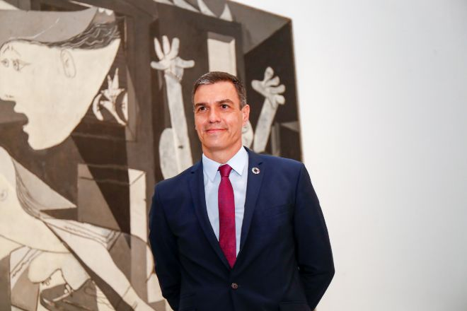 El presidente del Gobierno, Pedro Sánchez, durante su visita con el primer ministro italiano, Giuseppe Conte, al Museo Nacional Centro de Arte Reina Sofía, junto a la obra, el 'Guernica' de Pablo Picasso.
