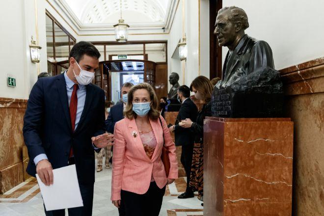 El presidente del Gobierno, Pedro Sánchez, y la ministra de Economía y vicepresidenta tercera del Gobierno, Nadia Calviño, antes de entrar al hemiciclo del Congreso de los Diputados el pasado 17 de junio.