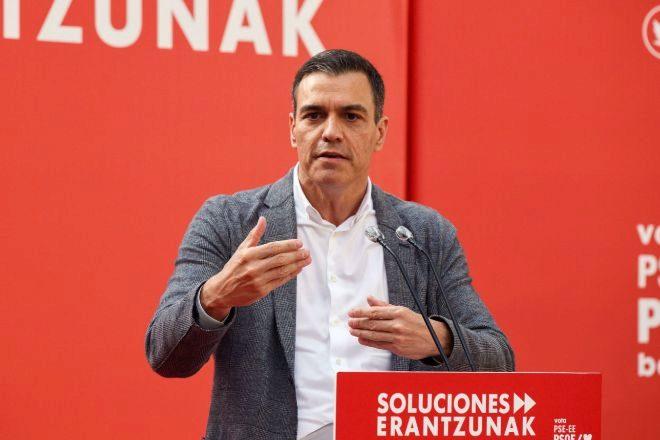 El presidente del Gobierno, Pedro Sánchez, interviene durante el acto de campaña electoral del PSE celebrado este jueves en Vitoria