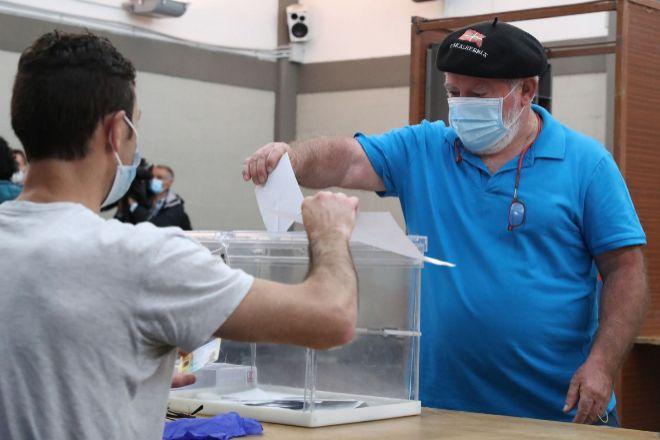Un ciudadano en el momento de votar en una mesa electoral en la localidad vizcaína de Durango.