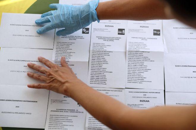 Sobres y papeletas para depositar el voto.