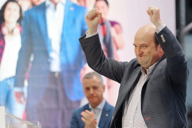 El lehendakari y candidato a la reelección, Iñigo Urkullu, aplaude al presidente del PNV Andoni Ortuzar.