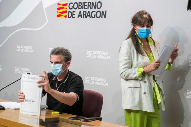 La consejera de Sanidad del Gobierno de lt;HIT gt;Aragón lt;/HIT gt;, Sira Repollés (d), y el director general de Salud Pública, Francisco Javier Falo (i), han anunciado que Zaragoza y su área de influencia y la ciudad de Huesca retroceden desde este lunes a la fase 2 de la desescalada.