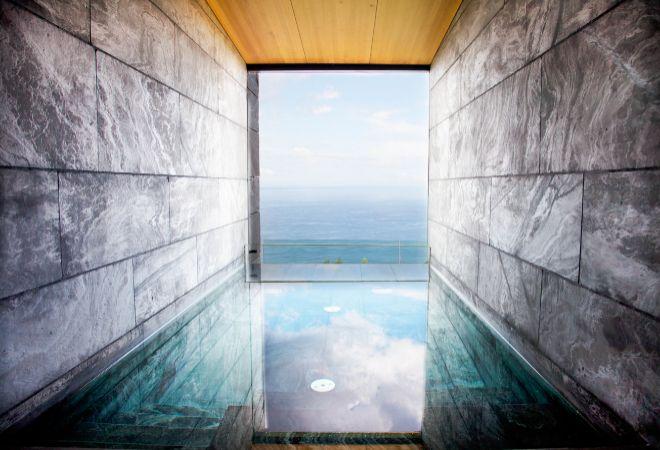Piscina privada y climatizada de una de las dos suites de Akelarre.