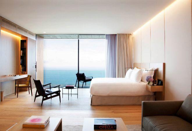 Una de las dos Suites Akelarre, con ventanales y mobiliarios de diseño de Kettal.