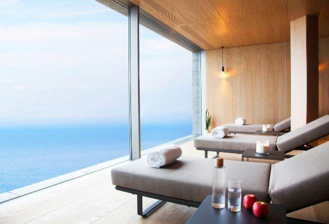 Zona de relax del spa con vistas al Golfo del Vizcaya.