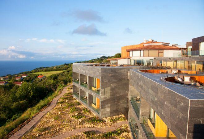 Vista exterior del hotel, con sus terrazas y coronando el edifico el restaurante con tres estrellas Michelin de Pedro Subijana.