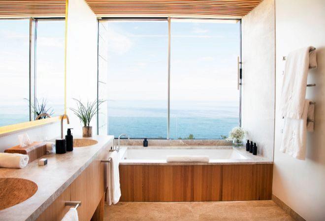 Baño con bañera mirador al mar de una habitación Deluxe.