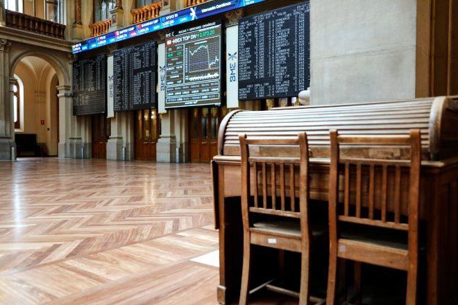Dos sillas y una mesa en el interior del Palacio de la Bolsa, en...