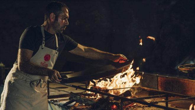 Rafa Margós, 25 años de experiencia, coloca la paella en el fuego.