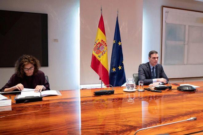 El presidente del Gobierno, Pedro Sánchez junto a la ministras de...