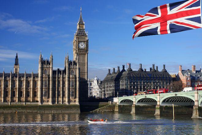 Vista del Parlamento británico desde el Río Támesis, en Londres...
