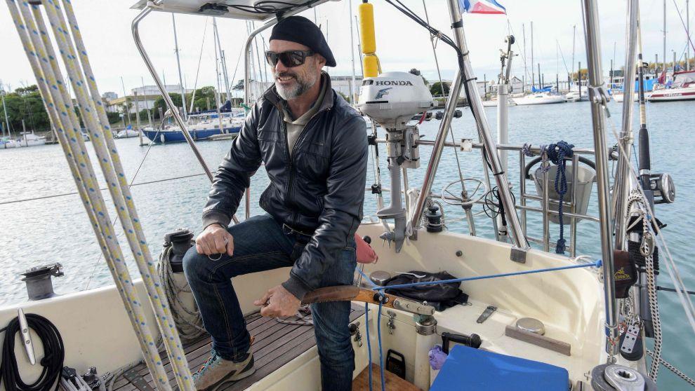 Ballestero, con su barco amarrado en Mar de Plata. | MARA SOSTI / AFP