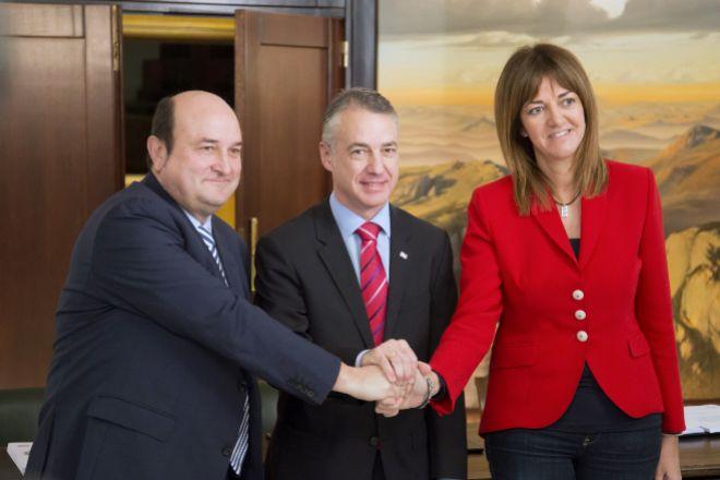 El presidente del PNV, Andoni Otuzar (i), el lehendakari en funciones, Iñigo Urkullu, y la secretaria general del PSE, Idoia Mendia