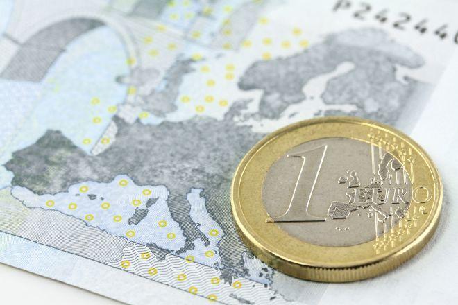 Moneda de euro sobre un mapa de Europa