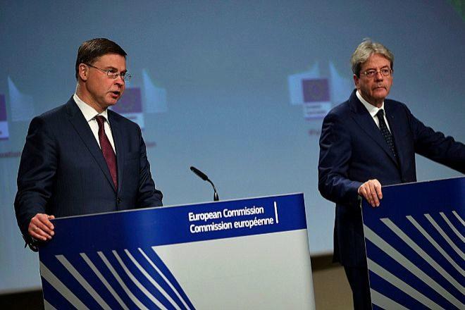 El vicepresidente económico, Valdis Dombrovskis, y el comisario de Economía, Paolo Gentiloni, ayer en la rueda de prensa.