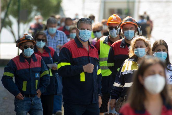 Trabajadores de Alcoa lt;/HIT gt; ataviados con el uniforme de la...