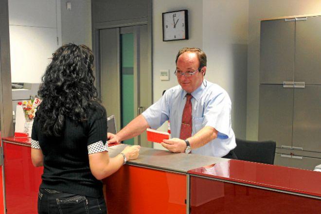 Una cliente en una oficina bancaria.