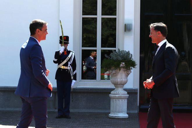 El presidente del Gobierno, Pedro Sánchez, y el primer ministro de Países Bajos, Mark Rutte.
