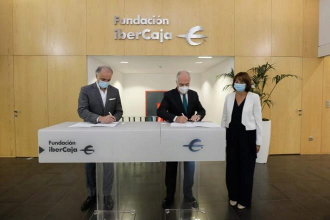 De izquierda a derecha, Javier Kühnel, consejero delegado de Kühnel Consulting; José Luis Rodrigo Escrig, director general de Fundación Ibercaja; y Ana María Farré, directora del Campus Ibercaja.
