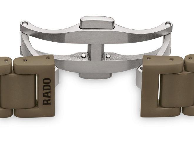 El brazalete, al igual que la caja y la corona, es de cerámica, con cierre desplegable de titanio.
