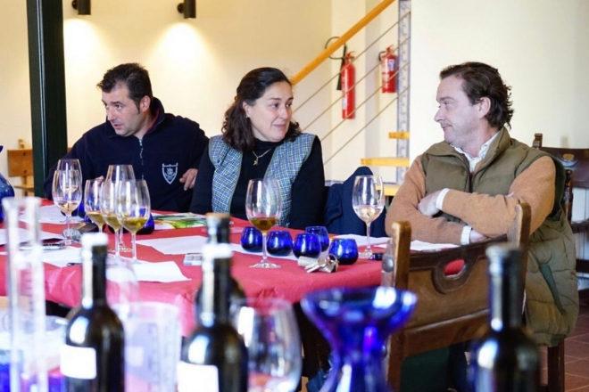 La especialista técnico en aceite de oliva Mari Paz Aguilera en una sesión de coupage con el experto de la almazara Israel Morillo (a su dcha.) y Borja Mendaro, responsable comercial en España de la marca.