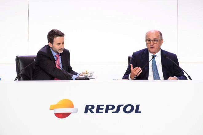 De izquierda a derecha, Jon Josu Imaz, consejero delegado de Repsol y...