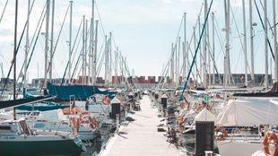 Pantalán de embarcación de recreo a vela en La Marina de València.