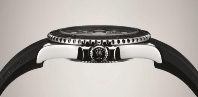 Adaptable. El brazalete Oysterflex dispone de unos cojines laterales que estabilizan el reloj en la muñeca. Gracias a las muescas de su contorno, que ofrecen un excelente agarre, el bisel puede manipularse cómodamente. La corona está provista de un sistema de triple hermeticidad y de protectores tallados en la carrura.