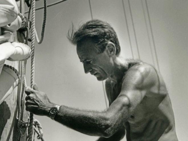 Bernard Moitessier (1925-1994) realizó en 1968 la navegación más larga de la historia en términos de distancia: 37.455 millas náuticas recorridas. Llevaba un Rolex GMT-Master en su muñeca.